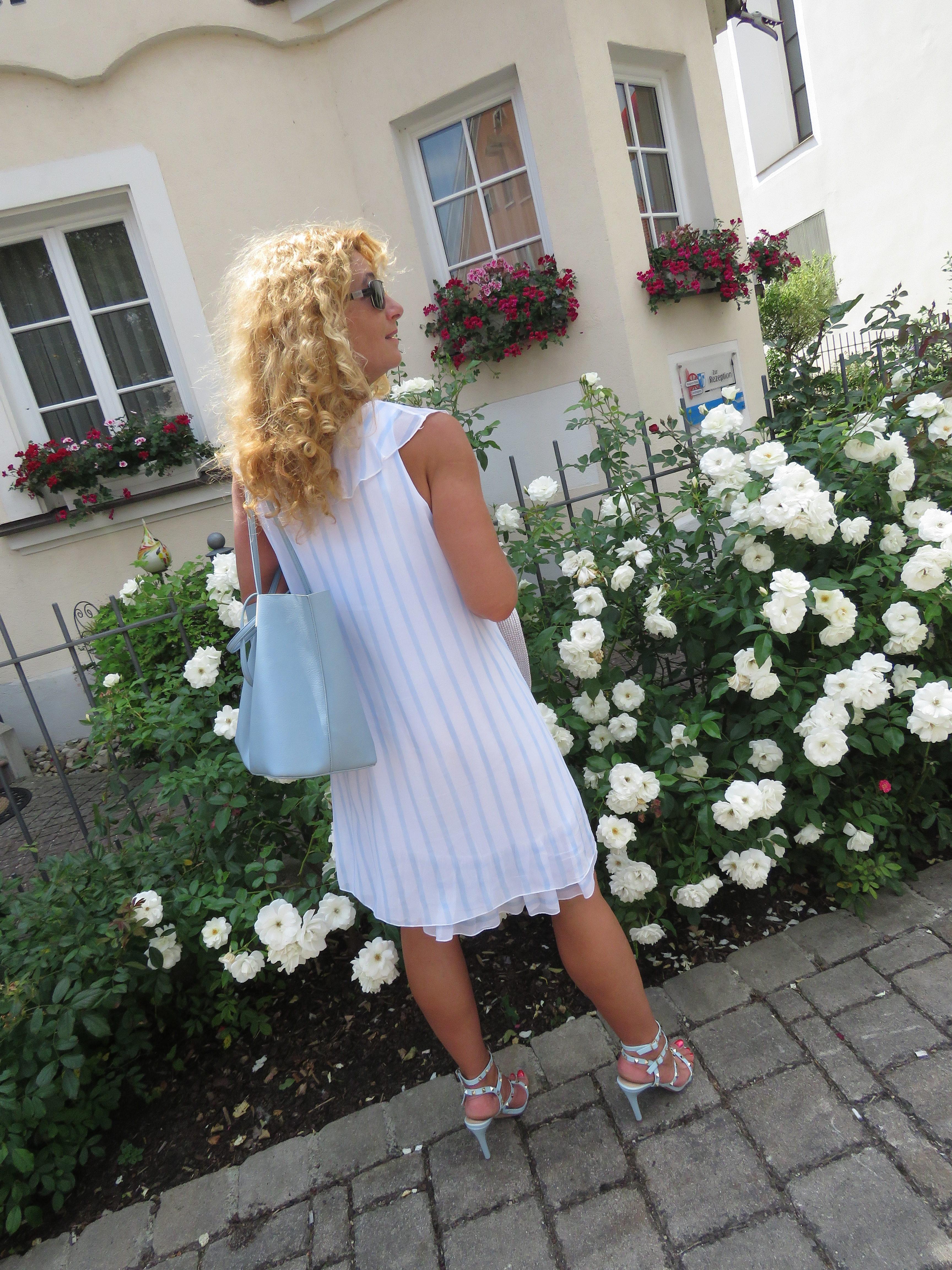 Weiße Kleider, Streifendesign, Streifenmuster, Längsstreifen
