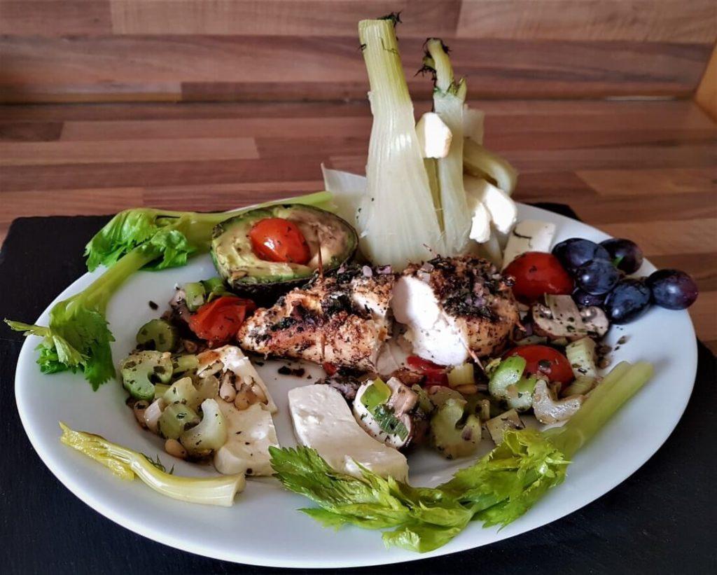 Low-Carb; Gesundes Fleisch; mageres Fleisch; helles Fleisch; Staudensellrie; gefüllte Hähnchenbrustfilets; Lecker und gesund; Low-Carb-Gerichte;