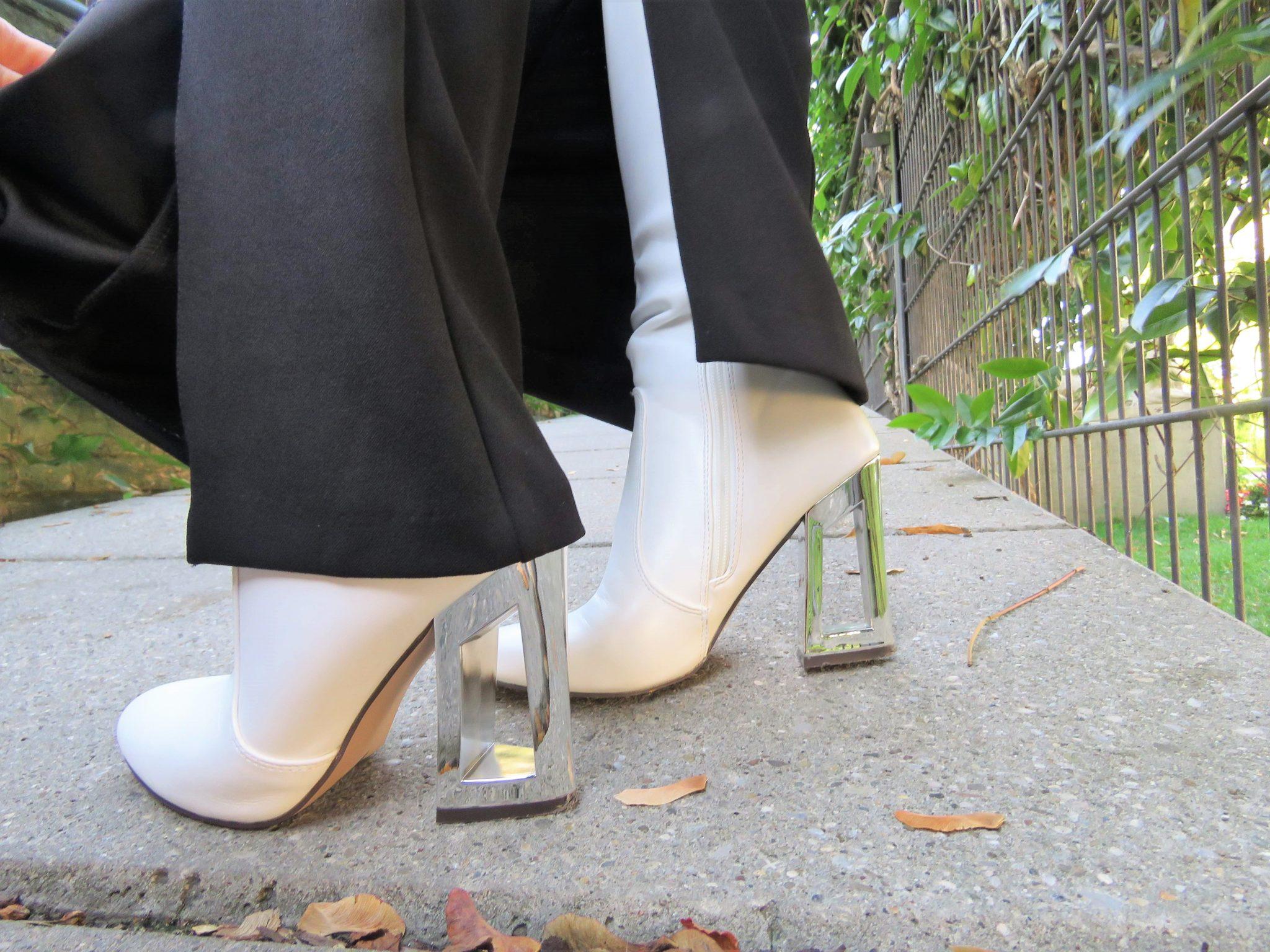 Weiße Stiefel mit Metallic-Absatz, Stiefel auf Slit Hosen