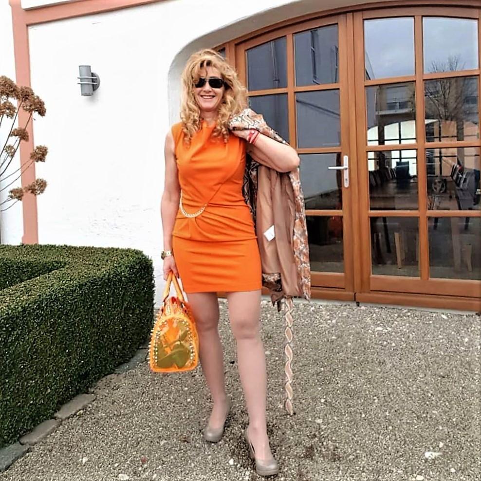 Rinascimento Kleid und Mantel in der Trendfarbe Orange