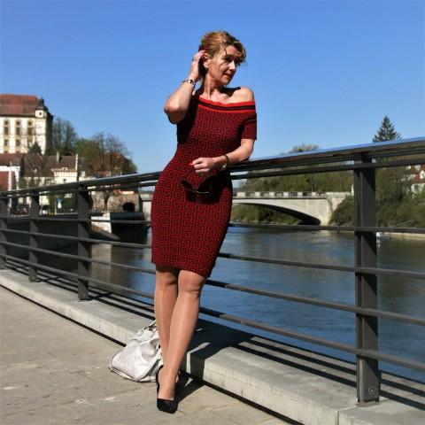 Off-Shoulder Kleid im Fendi-Design