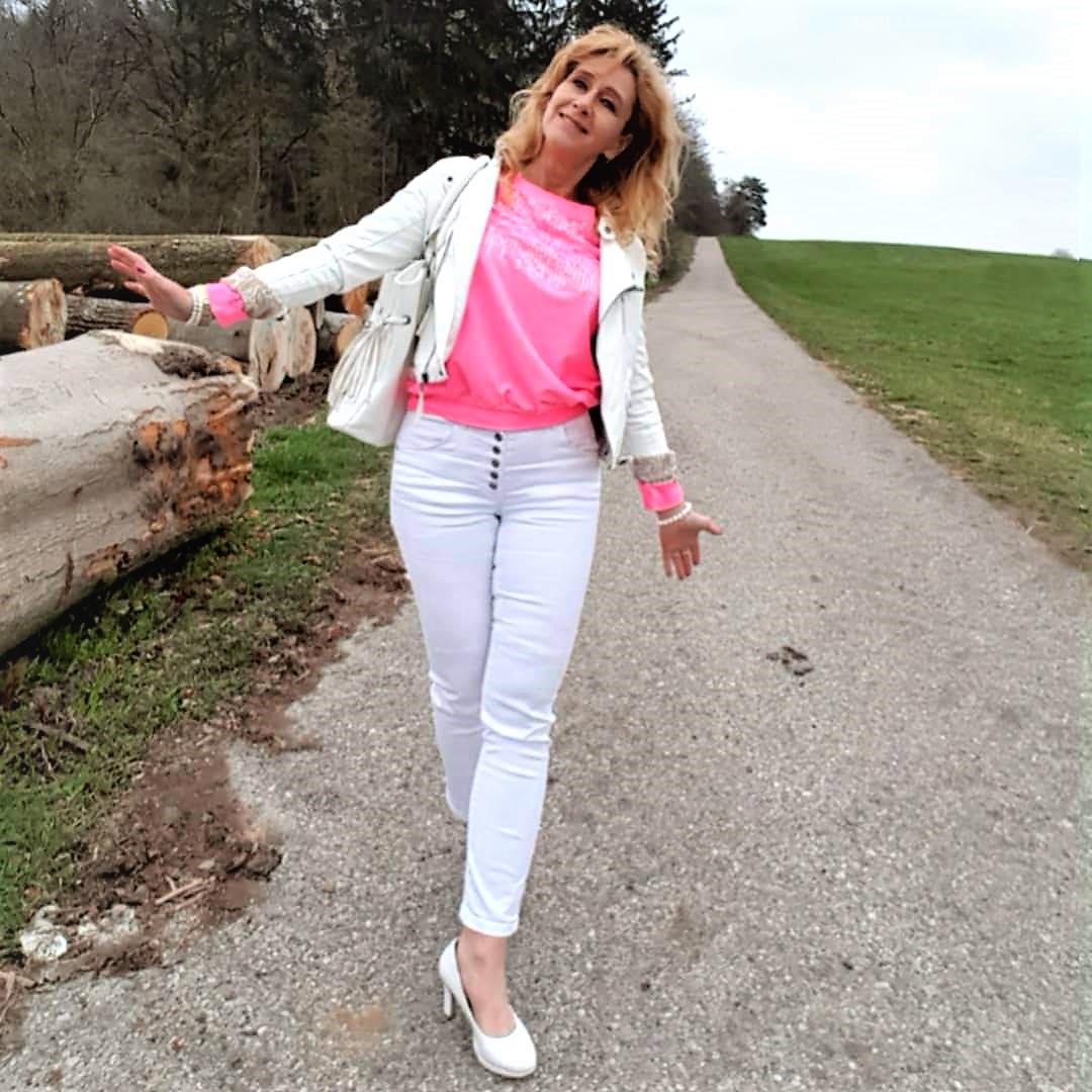 Weiße Lederjacke zu Neon-Farben