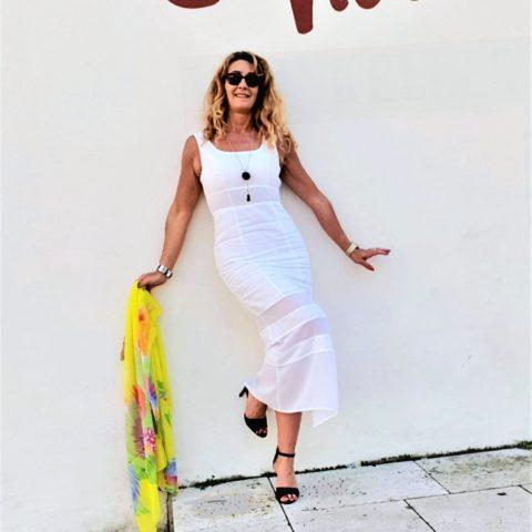 Lange weiße Leinenkleider – Weiblichkeit par excellence für heiße Sommertage