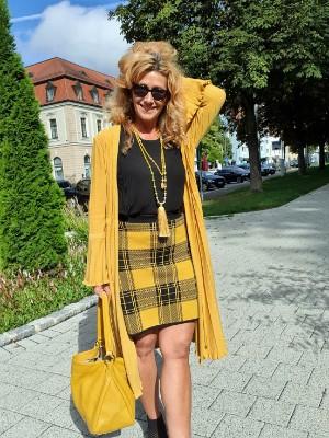 Senfgelbe Outfits punkten im Herbst