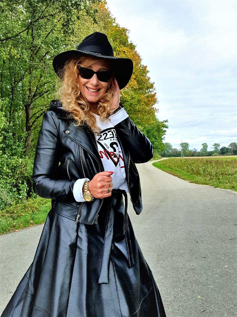 Langer schwarzer Lederrock