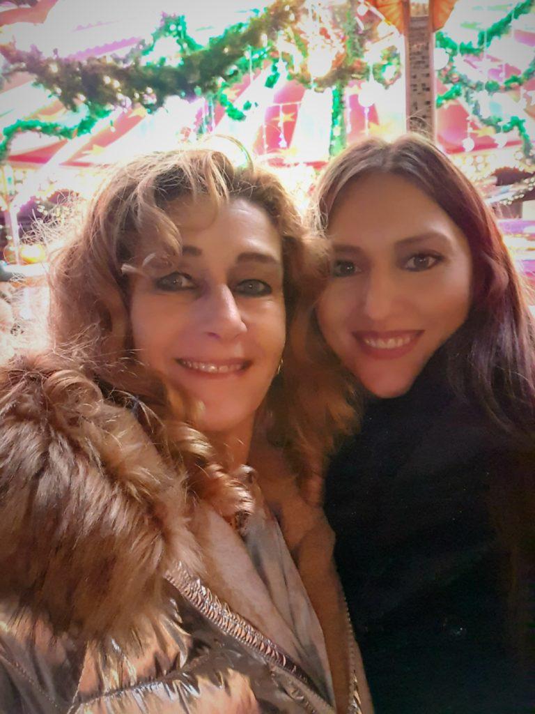 Mit einer Freundin auf dem Weihnachtsmarkt